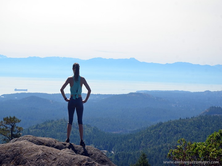 Priscila no topo do Mount Work olhando para o lado sul de Saanich