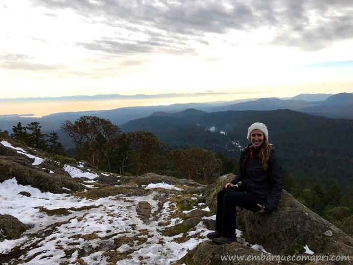 Priscila no topo do Mount Work em Victoria no Canadá durante o inverno