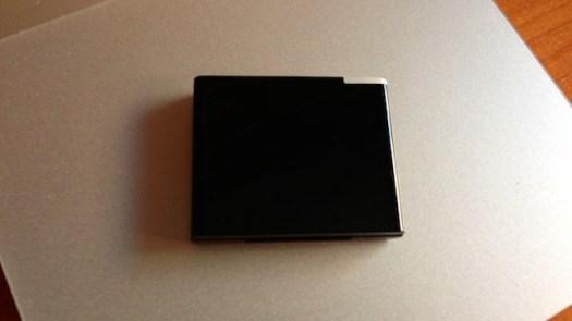 iwave bt music receiver sobre un Magic Trackpad, ocupando el tercio central del mismo