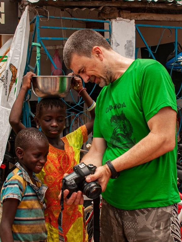Emiliano Sánchez enseñando una foto a unos niños en Senegal