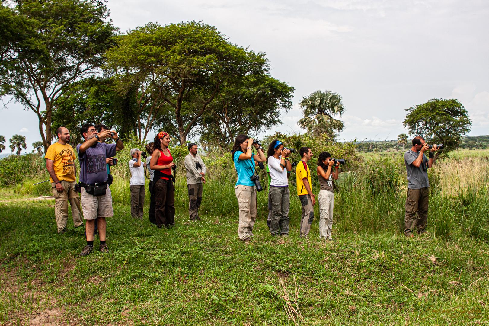Viajeros del viaje fotográfico a Uganda con sus cámaras.