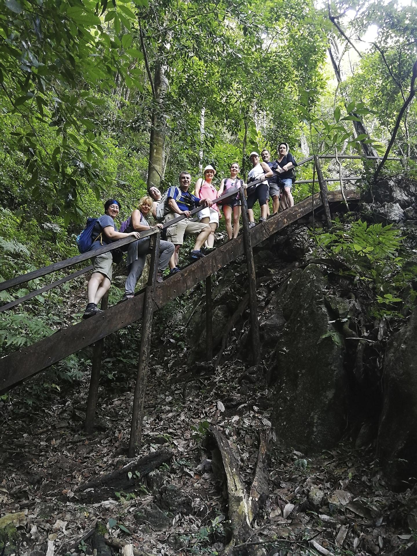 Viajeros de Guatemala en una escalera.