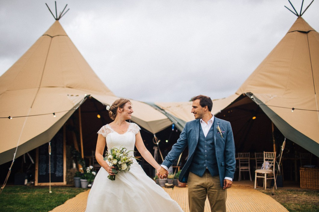 Tipi rustic wedding - relaxed wedding photographer