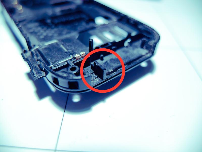 Die Unterschale des Nokia-Handys mit dem repariertem Trennsteg