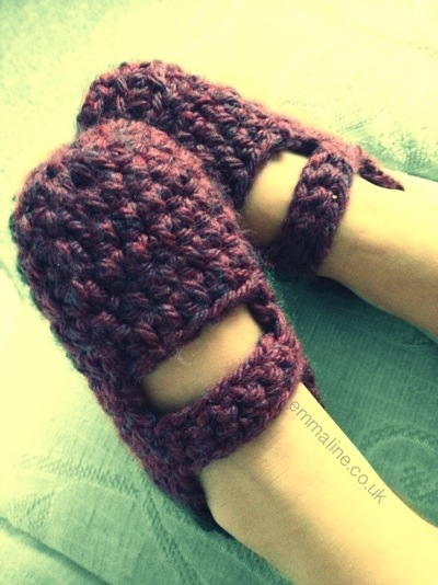 Crochet Mary Jane slippers by @twit_brit at Aeris Loves Amigurumi.