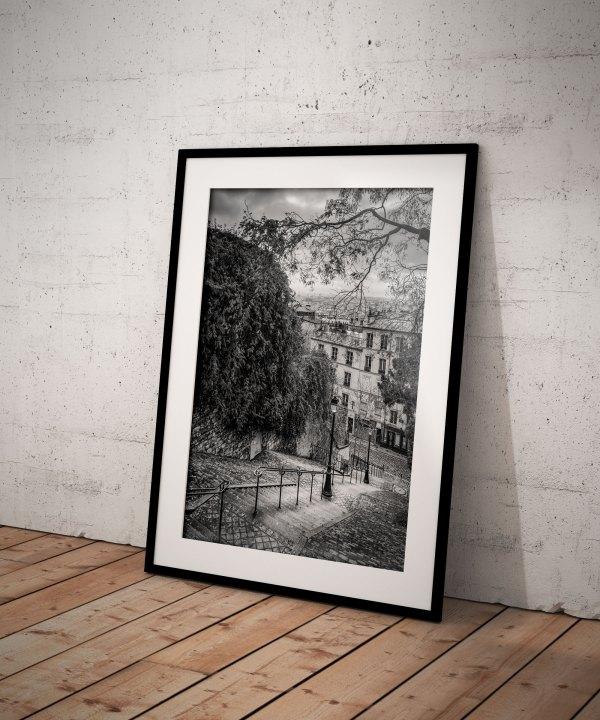 Tirage Photo de Paris Montmartre – Escaliers Réverbère Vieux Paris Image Rue Du Calvaire en Noir et Blanc