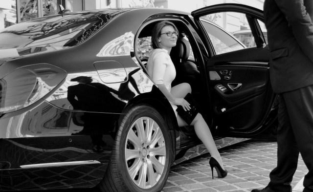 Donna d'affari usa un servizio NCC invece di un taxi