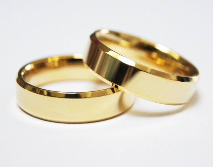 par-de-alianca-ouro-18k-banhada-tungstnio-chanfrada-6mm-D_NQ_NP_22263-MLB20226374529_012015-F