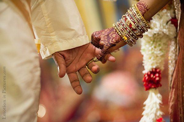 hindu-indian-wedding-bride-groom-hands