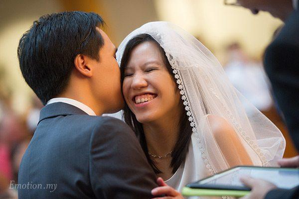 christian-wedding-malaysia-first-baptist-church-emotion-kiss