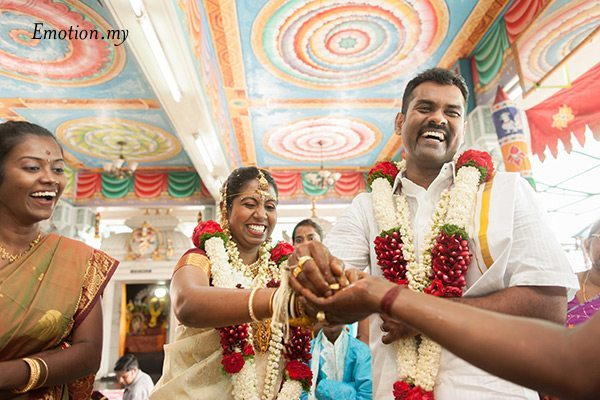 indian-hindu-wedding-malaysia-bride-groom-laughter