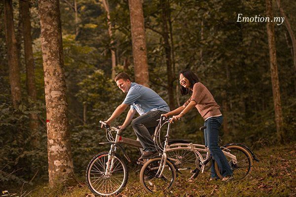 couple-portraits-kuala-lumpur-malaysia-bicycles-park