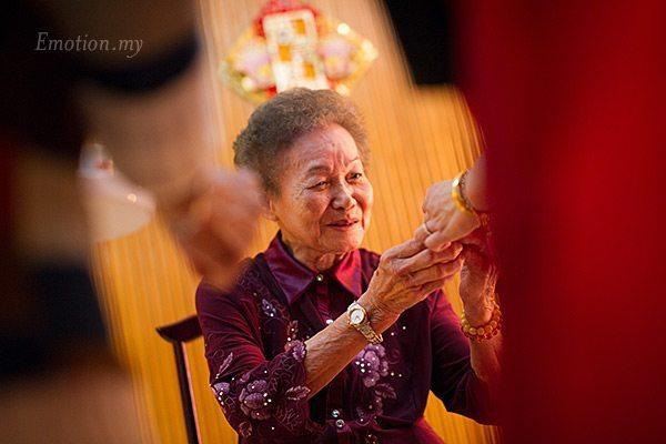 malaysia-chinese-wedding-tea-ceremony-grandmother