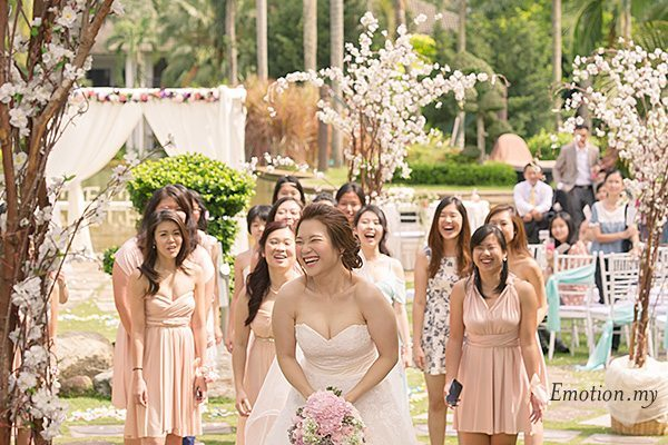 bouquet-toss-garden-ceremony-cyberview-lodge-kelvin-yee-leng