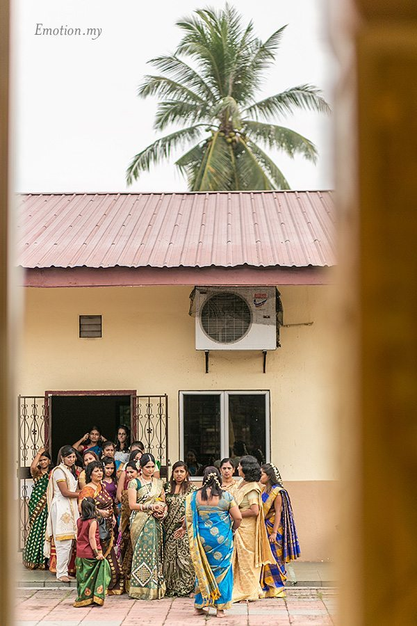 hindu-wedding-malaysia-bride-entourage-temple