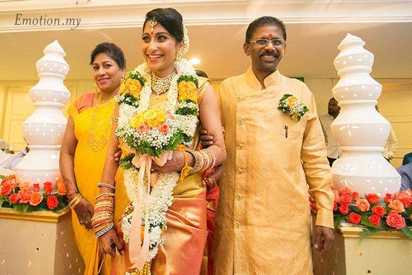hindu-wedding-bride-entrance-kuala-lumpur-kris-tharshini
