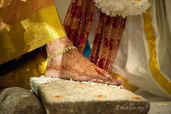 hindu-wedding-ceremony-bride-toe-ring-kuala-lumpur-malaysia-kris-tharshini