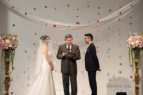 christian-wedding-exchanging-vows-malaysia-james-suyin