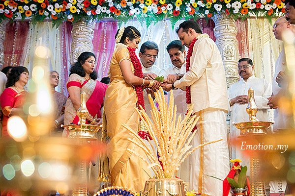 malayalee-wedding-bride-groom-ceremony-sanjeev-reshmi