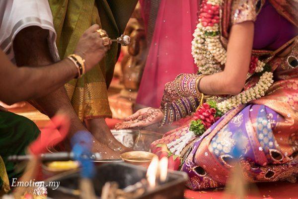 tamil-hindu-wedding-bride-wash-parents-feet-malaysia-dave-jeeno
