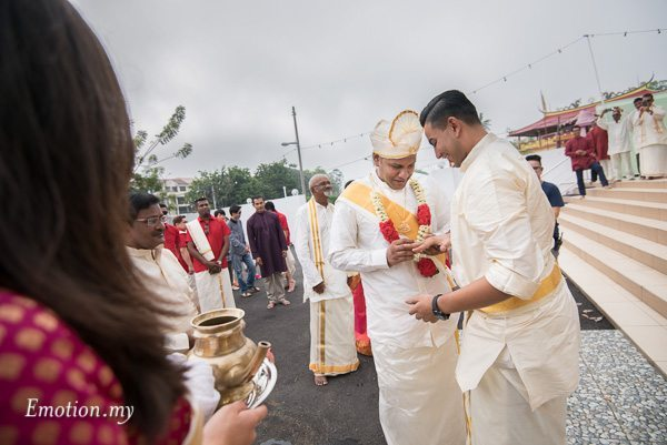 malayalee-groom-ring-malaysia-mahend-preena-emotion-in-pictures-andy-lim