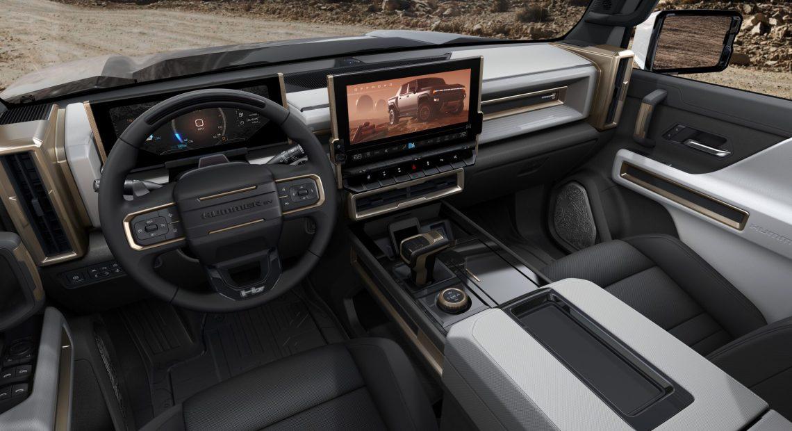 Interiér elektrického pick-upu odvozeného od vozu Hummer