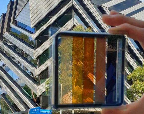 Průhledné solární články