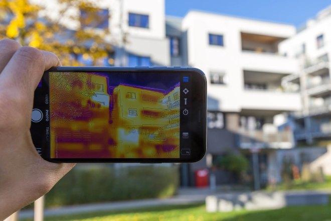 Infračervený snímek bytového domu (foto Marco Verch)