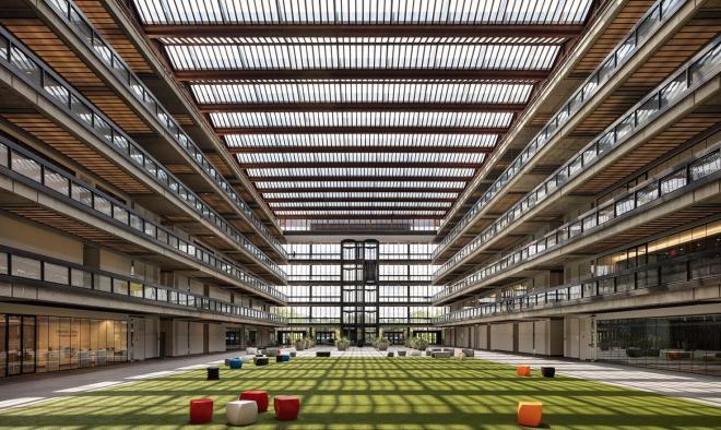 Atrium Bellových laboratoří v americkém New Jersey se střechou osazenou fovoltaickými články (foto: OnyxSolar)
