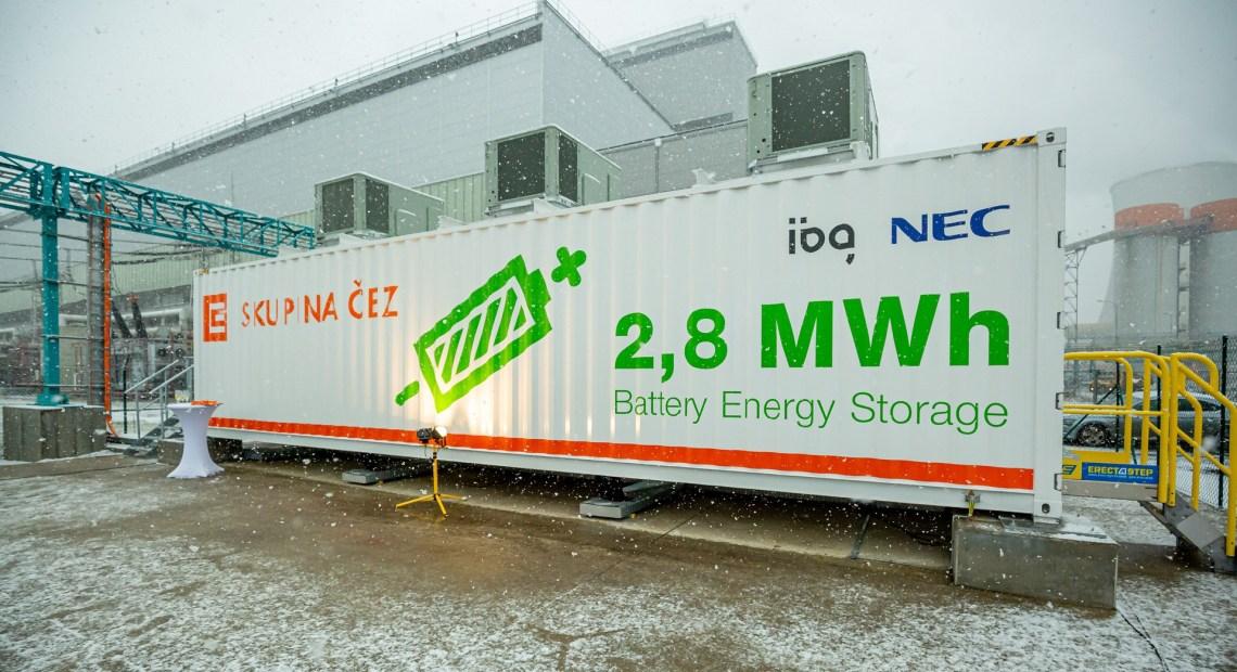 Velkokapacitní baterie v areálu elektrárny Tušimice