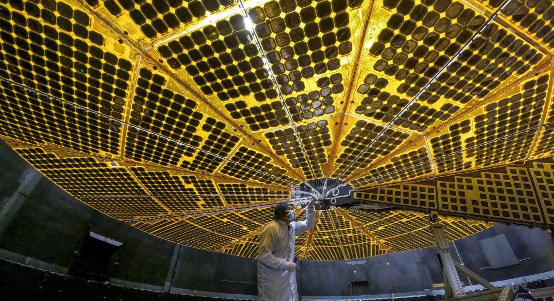 Solární panely sondy Lucy (foto NASA)