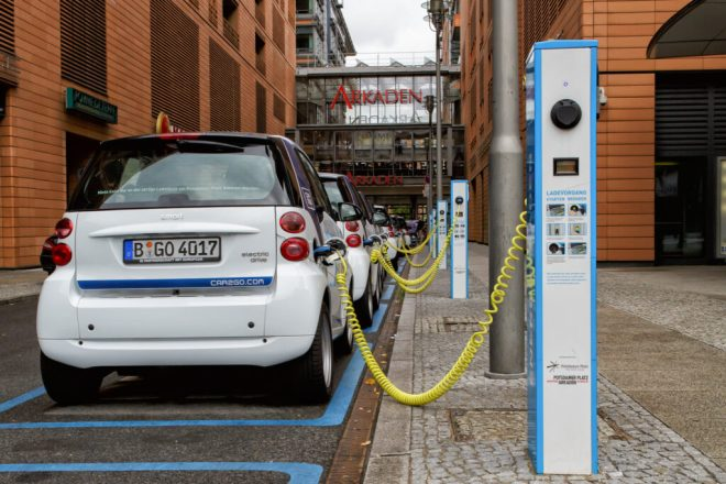 Nabíjení elektromobilu (foto avda-foto)