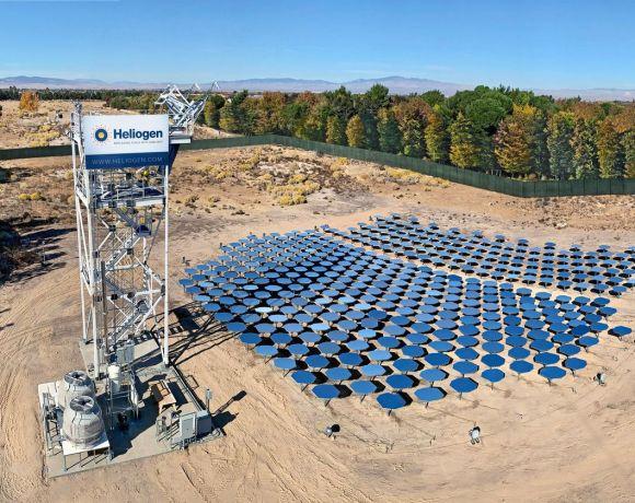 Zkušební provoz společnosti Heliogen v Kalifornii. Leží u Lancasteru, tedy nedaleko zaniklé solárně-termální elektrárny vystavěnou společností eSolar. Podle našeho zběžného výpočtu je zrcadel v sestavě cca 400. (foto Heliogen)