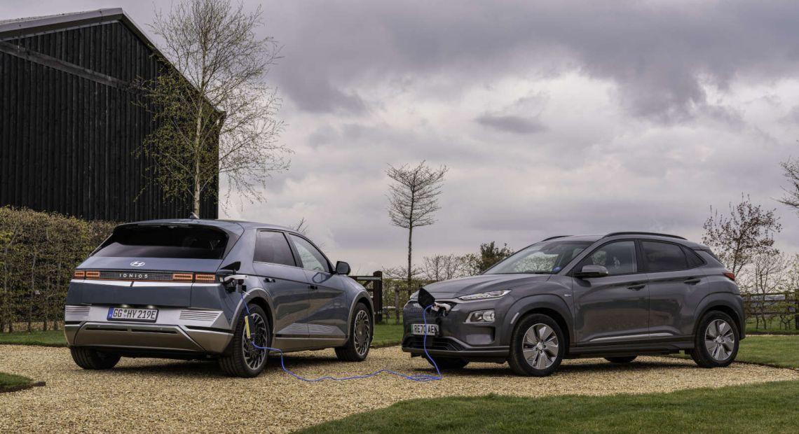 S technologií obousměrného napájení lze u Hyundaie Ioniq 5 nouzově dodat vybitému elektromobilu trochu energie, aby mohl dojet knejbližší dobíjecí stanici. (foto: Hyundai)