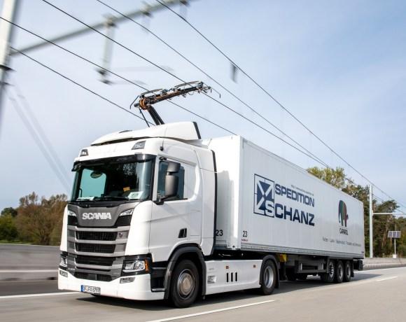 """Vůz malé špeditérské společnosti Schanz na pokusném úseku """"edálnice"""" u Frankfurtu (foto Siemens)"""