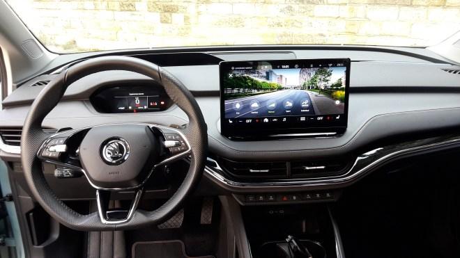 Hlavní informační platformou auta je velký třináctipalcový středový displej, zatímco před volantem je jen miniaturní kaplička s 5,3palcovým displejem s jen základními údaji. (foto: Vladimír Löbl)