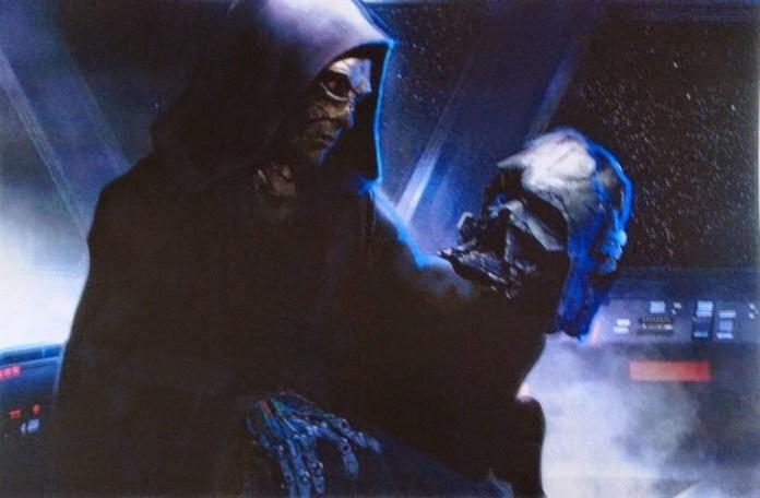 Sidow esamina il casco di Vader.