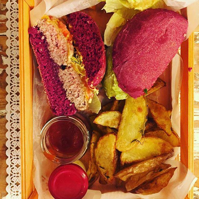 Conoscete i nostri nuovissimi colours burger?!Ve ne presentiamo uno: il classico cheesburger ma ovviamente con qualche variante creativa Lui si chiama ViolettaSoffice pane alla barbabietola handmade, hamburger di manzo, Caeddar, lattuga pomodori e ravanelli dell'orto e per concludere guanciale croccante della Tuscia accompagnato da patate al forno artigianali e maionese fatta in casa#emporiobrand #mangiaregenuino️ #drinkdresslive #km0 #eat #mangiareèbello #food #foodporn #violetta #cheesburger #handmadewithlove