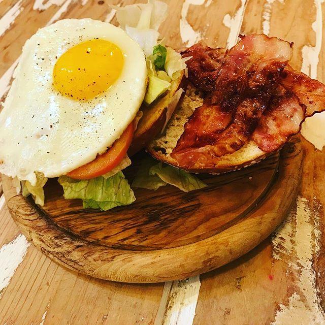 ...vi presentiamo lui questa sera...Il bagel per eccellenza...Bacon, uova , lattuga , pomodoro e senape #emporiobrand #drinkdresslive #food #eat #drink #beer #bagel #eggs #handmade #km0