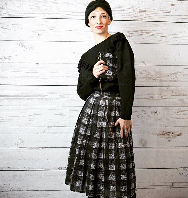 Buongiorno e Buon BLACK FRIDAY a tutte voi amiche!Noi per presentarvi i nostri imperdibili outfit ci siamo divertite a scattare qualche foto alle Girls dell'Emporio...Qui abbiamo Martina con un Outfit firmato Compañía FantásticaGonna a quadri, maglioncino nero con rouge, borsetta in coordinato e la Super fascetta di lana!Un outfit giovane e sbarazzino!BLACK FRIDAY - 30 😎 V I  A S P E T T I A M O!#emporiobrand #drinkdresslive #outfit #sale #specialmodel #girls #barlady #blackfriday #shopping #love #passion #work #set