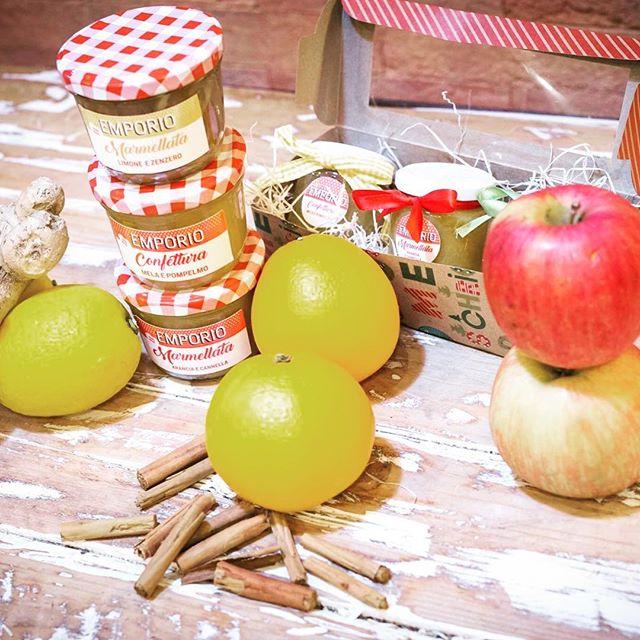 Nel nostro Lab succedono cose incredibili...Cose che profumano di casa, di genuinità, di sapori autentici.Con la frutta del nostro territorio rigorosamente biologica e qualche abbinamento studiato attentamente dalle nostre fantastiche Pasticcere nascono le nostre Marmellate...Arancia e CannellaMela e PompelmoLimone e ZenzeroPera noci e VanigliaFai regali con il cuore..Vieni a trovarci!#emporiobrand #drinkdresslive #handmadewithlove #marmellate #bio #frutta #lab #fruttanaturale #saporigenuini #ladispoli #regaliartigianali