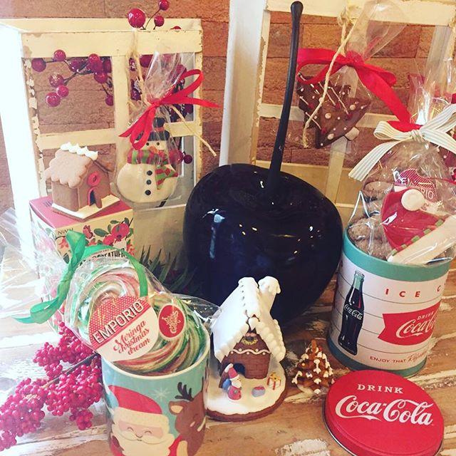 Buongiorno amici🏻️Come tradizione anche da noi oggi inizia il Natale️️....Siamo aperte fino alla 13:30 e oggi pomeriggio dalle 16:30 fino a mezzanotte...Per iniziare a scegliere i vostri regalini di Natale🏻 noi siamo qui️#emporiobrand #conceptstore #drinkdresslive #merrychristmas #lab #natale #workinprogress #sweet #cake #cakedesign #regali #pasticceria
