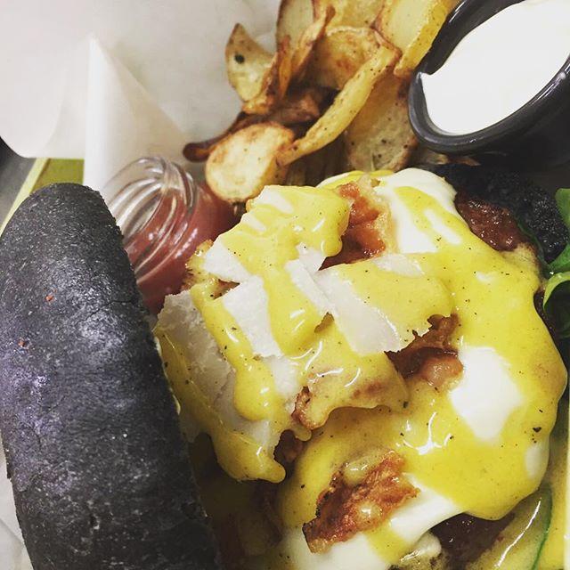 Fame?lasciatevi conquistare dal nostro fantastico N E R O N E...Il Panino Alla CarbonaraPane nero al carbone vegetale, hamburger di manzo e maiale, salsa carbonara handmade e Guanciale della TusciaVieni a provare la nostraCOMBO OFFERTA.Panino+patatine+dolcetto+bibita artigianale 15€😎#emporioconceptstore #drinkdresslive #food #foodporn #eat #kitchen #panenero #carbonevegetale #carbonara #lab #cena #ladispoli