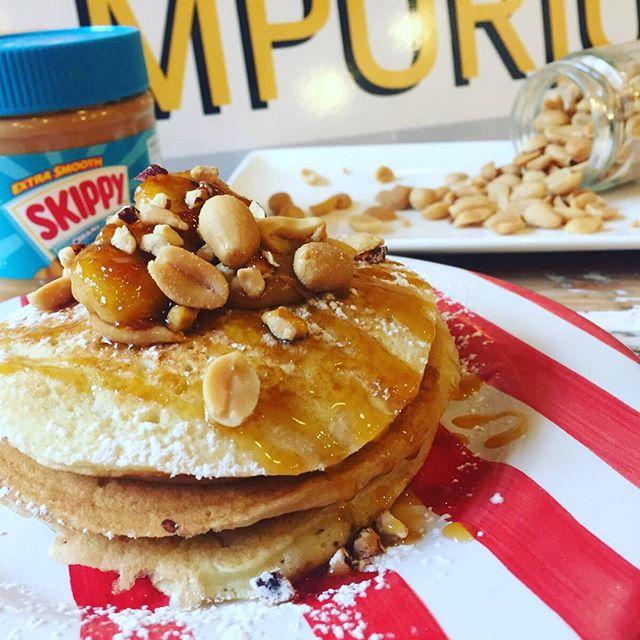 Buongiorno amici golosiContinuiamo con le proposte dolci del nostro Super PANCAKE WEEKEND️N7- burro d'arachidi, granella di nocciola e banana caramellata Vieni a trovarci in storeTantissime idee anche salate da provare accompagnate dai nostri punch#emporioconceptstore #drinkdresslive #pancake #eat #sweet #cake #handmadewithlove #pasticceria #lab