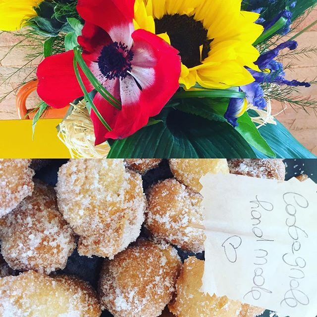 Appena sfornate delle Super castagnole handmade!Fuori c'è la pioggia ma noi ci rallegriamo con i colori di questi meravigliosi fiori  ( grazie per il regalo @whitneycristina ️) e con degli ottimi dolcetti ideali per finire i vostri pranzi!Vi aspettiamo in store#emporiobrand #drinkdresslive #food #eat #sweet #cake #lab #pasticceria #carnevale #kitchen #lab #ladispoli #castagnole #handmadewithlove️