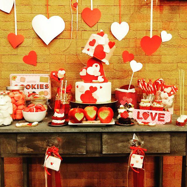 Eccolo finalmente è pronto️️️️️Come ogni anno unico, romantico ed irresistibile il Nostro Dessert Table di San ValentinoCupcake, biscottini decorati, macarons, marshmallows, Mini TortineE tu quale scegli come regalo per la tua dolce metà?Affidati a noi e ti aiuteremo a stupire con tanta tanta dolcezza️️️️️️Prenota subito!#emporioconceptstore #romantic #love #sanvalentino #sweet #cake #cupcake #biscuit #lab #bakery #ladispoli #handmadewithlove #gift #dolciregali