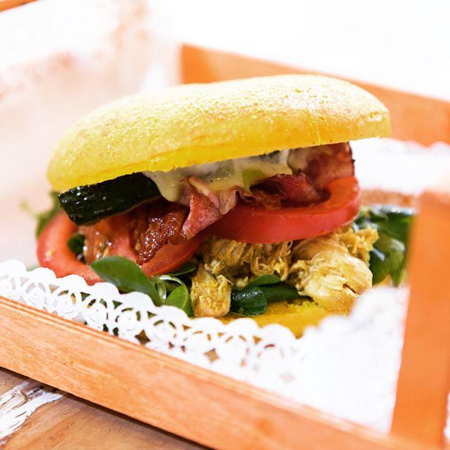 L'estate non è ancora finita da noi!Il panino più fresco della stagione vi aspetta da stasera fino a domenica!Lui è YELLOW BURGERSucculento Pollo al Curry, guacamole,bacon croccante, insalata, songino, slasa yogurt e maionese artigianale.Vieni a provare la COMBO OFFERTA: Panino+patate+bevanda+dolce 15€#emporioconceptstore #food #burger #kitchen
