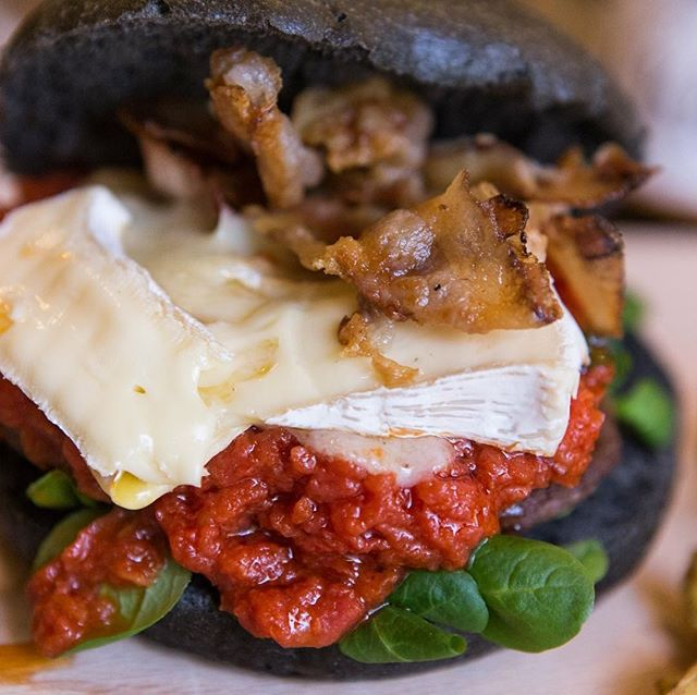 Finalmente è arrivato il Week end!E sono arrivati anche i nostri Super Burgers!Tu di quale colore sei?Porco Rosso, Nerone goloso, Yellow Burger o Fresco ma Intenso?Vi aspettiamo per provare la nostro COMBO OFFERTA:PANINO+PATATE+DRINK+DOLCE 15€#emporioconceptstore #foodporn #burgers