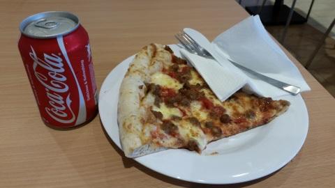 ランチはピザ