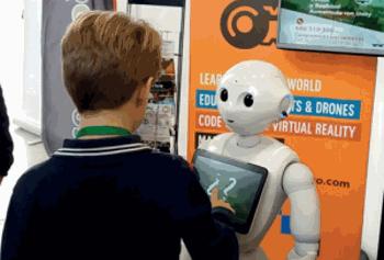 Robot interactuando con niños